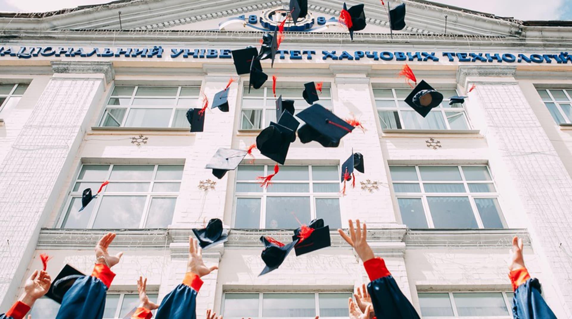 Как вузы продвигаются в соцсетях: «университет Постиронии», маска с профессорскими усами и edutainment от Вышки