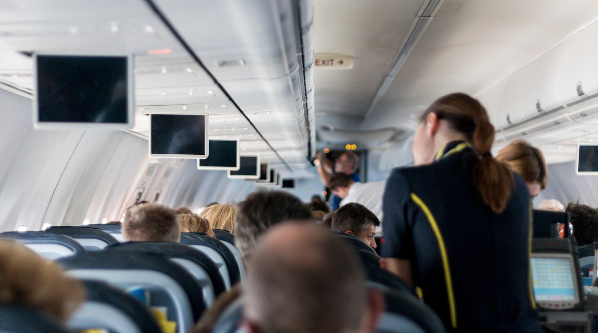 Украинских стюардесс переодели в кроссовки и брюки – неоднозначная реакция в соцсетях
