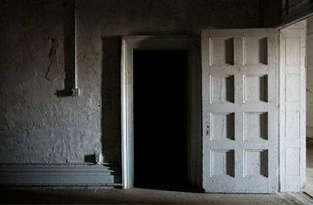 В комнату слева заходить не хочется. Но придется.