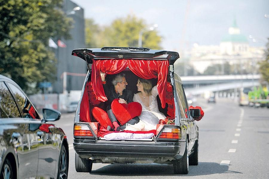 О катафалке вместо традиционного лимузина написали крупные СМИ, а свадебный танец показали даже на «НТВ»