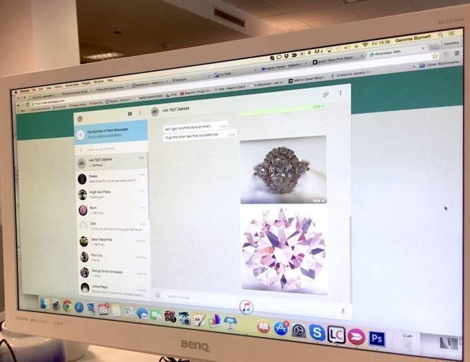 Фото экрана ПК менеджера Rare Pink. Специалист помогает клиенту выбрать кольцо с помощью мессенджера