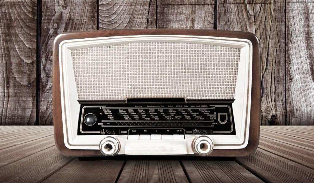 Попов изобрел радио. Включил. А слушать-то нечего