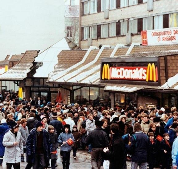 Очередь в первый советский McDonald's, 1990 год