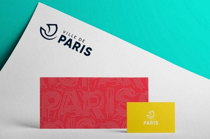 Суровость логотипа дизайнеры компенсировали ярким коралловым паттерном и вариативностью цветов в айдентике