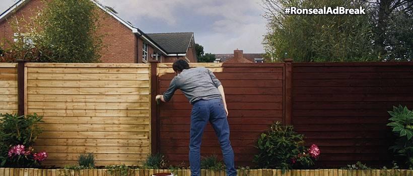 Чем же еще заняться после работы, как не наблюдением за мужчиной, красящим забор