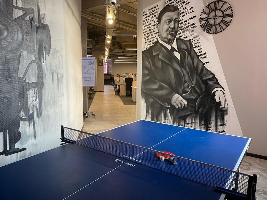 Грамотно организованное пространство офиса помогает развивать внутрикомандные традиции. В TexTerra зона с консолью и мягкими пуфами служит местом проведения еженедельных «болталок», в колокол мы бьем, отмечая выполнение KPI на проектах, а в спортивном уголке проводим дружеские матчи