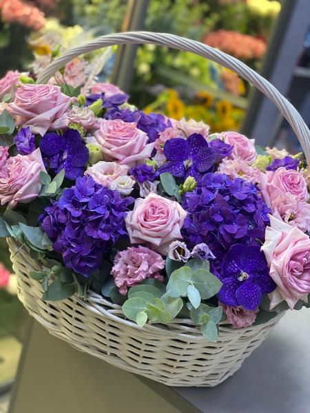 Фото букета, сделанное флористом, и кадр из stories блогера