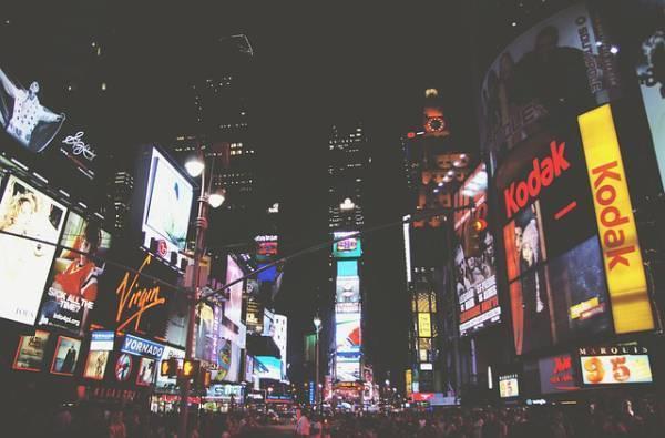 «Огнями реклам»: двигатель торговли не сбавляет оборотов