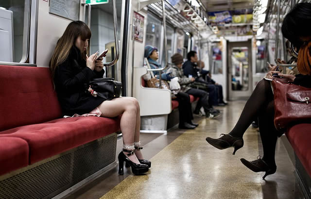 Возможно, эти девушки осваивают новую профессию через интернет (но это не точно)